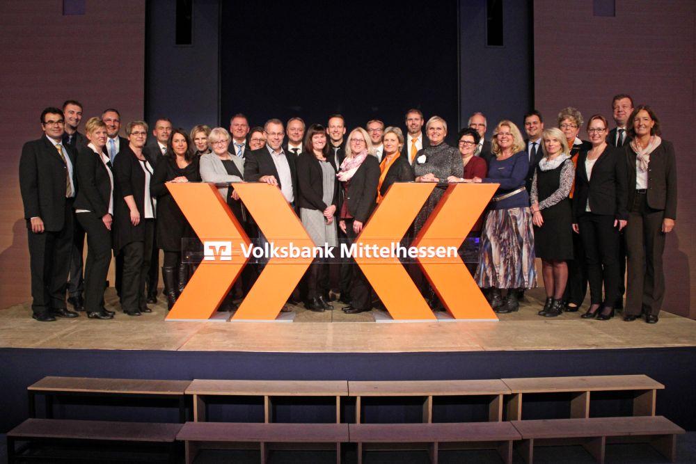 Vorstand der Volksbank Mittelhessen ehrt Jubilare