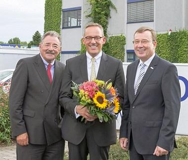 Die CURSOR-Vorstände Jürgen Topp (links) und Thomas Rühl (rechts) bedanken sich bei Dr. Peter Hanker für ein gemeinsames Jahrzehnt im CURSOR-Aufsichtsrat. Foto: S. Barthel, CURSOR