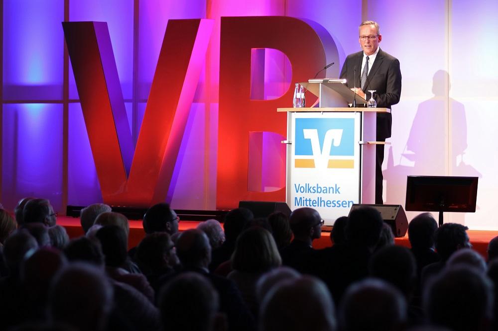 Vorstandssprecher Dr. Peter Hanker führte durch die Geschäftszahlen 2018.