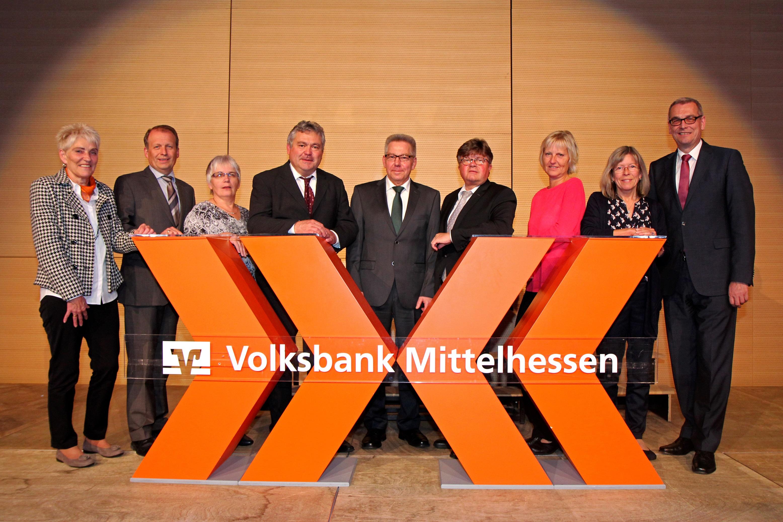 Vorstand Rolf Witezek (rechts) gratulierte zum 40-jährigen Jubiläum.
